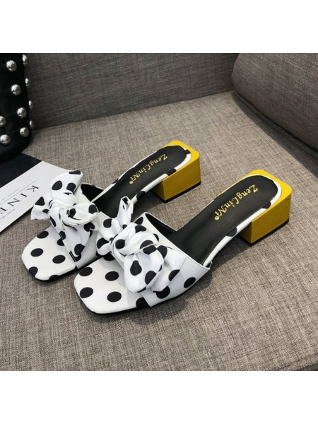 Женские сандалии на низком каблуке с волновым узором